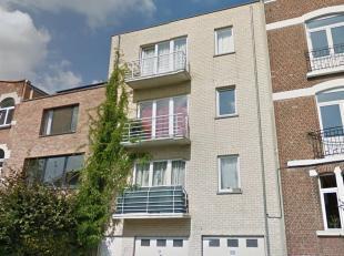 Avenue d'Itterbeek, dans un petit immeuble récent sans charges, lumineux appartement de 98m2. Il se compose d'un hall d'entrée, living d