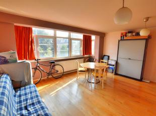 Avenue Charles-Quint, dans un petit immeuble récent lumineux appartement de 80m2. Il se compose d'un living de 32m2 avec cuisine ouverte, hall