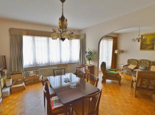 Place du Roi Vainqueur, appartement de 82m² (2 chambres sur plan, mais converti en 1 chambre) composé d'un hall d'entrée, living de
