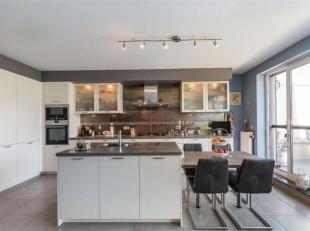 Prachtig triplex appartement (2014) op toplocatie te Wemmel. Ruime living, hyper-uitgeruste keuken van topkwaliteit met ontbijthoek, ruim washok, terr