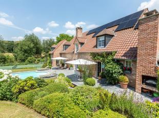 Situation exceptionnelle. Dans un clos privatif et résidentiel, splendide villa de 550m2 en parfait état sise sur un magnifique terrain
