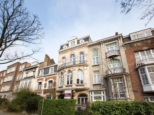 Mooi en groot herenhuis gelegen in Ukkel 427m ². Haussmann-architecture. Dicht bij winkels, vervoer en scholen. Het bestaat uit een begane grond,