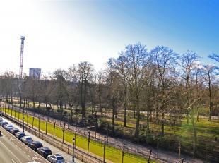 Face au parc Royal, dans une maison de maître, splendide appartement de standing de 95m² entièrement rénové. Il se com