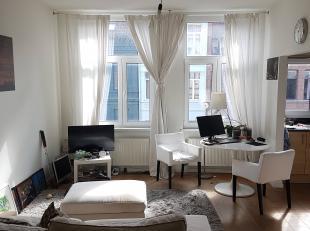 We vinden dit 1 slaapkamer appartement vlakbij de Marnixplaats te Antwerpen Zuid. Het appartement gelegen op de tweede verdieping heeft een ruime leef