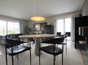 Lumineus appartement met zeer rustige ligging.Bij het binnenkomen is er een inkomhal, L-vormige woonkamer met aparte keuken, zonnig terras, apart toil
