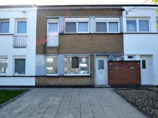 Gezinswoning met garage en uitweg.Deze woning is gelegen in een rustige woonwijk te Hulste.Via de inkomhal (met toegang naar de droge kleder) komen we