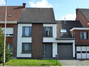 Stijlvolle woning met 3 slaapkamers en tuin.Via de inkomhal (met bezoekerstoilet) komen we in de L-vormige leefruimte (40 m²), bestaande uit de e