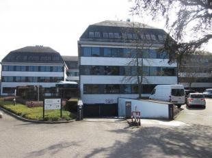 Prachtige kantoorruimte te huur van 197m² . Het kantorencomplex beschikt over 3 gebouwen met 3 verdiepingen met lift. De ramen met dubbel glas ku