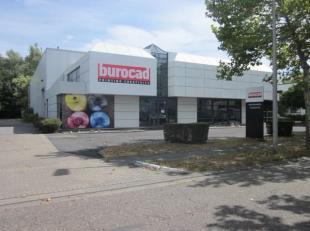 Bedrijfsgebouw bestaande uit magazijn (980m²) en kantoor (480m²) gelegen in de Smallandlaan te Hoboken. Het terrein heeft een totale oppervl