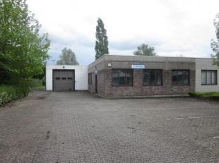 Centraal gelegen bedrijfsgebouw op een perceel van 1.274m². Indeling: kantoor 100m², atelier/werkplaats van 110m² en magazijn 71m²