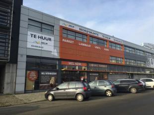 Bedrijfsruimte bestaande uit magazijn met showroom van 1.335m². Het is gelegen op een zeer goede zichtlocatie aan de Noorderlaan. Vlotte verbindi