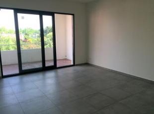 Ruim en zonnig app met 2 slaapkamers en terras. Het appartement is op de 1e verdieping te bereiken met een trap.<br /> Het appartement bestaat uit een