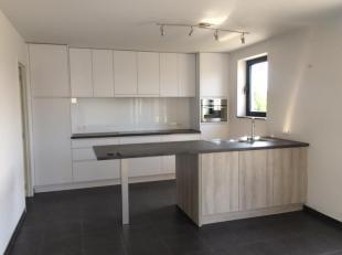 Zonnig en ruim dakappartement in een klein gebouw met 2 verdiepingen. Het appartement is gelegen in een rustige woonwijk.<br /> Het appartement besta