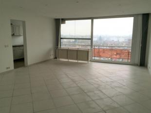 Ruim appartement met 3 slpk en voor- en achterterras. Het appartement is gelegen in een rustige toch centrale woonstraat. Grens Borgerhout/Deurne <br