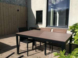 Trendy en modern 1 slpk app met zonnig en gezellig terras. Het appartement is in een klein gebouw gelegen op de 1e verdieping, te bereiken met een tra