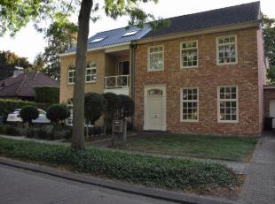 Moderne half open bebouwing op ca 416m² grond. De woning is gelegen in een rustige, centrale woonwijk.<br /> De woning bestaat uit een inkomhal