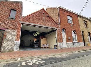 Bel entrepôt en parfait état avec une maison d'habitation situé à Herseaux.<br /> L'entrepôt: <br /> Celui-ci dispose