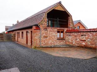 Maison 3 façades composée de deux chambres, une cuisine équipée (frigo, four, hotte) une salle de bain, living, un bureau,