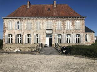 Appartement de standing dans château du XVIII è siècle.<br /> Ce bien est composé d'un très grand séjour (sal