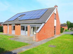 Villa entièrement rénovée avec panneaux photovoltaïques.<br /> Composition :<br /> * Rez : Hall dentrée WC, salle de