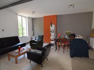 A 100m de la place de Lille, appartement duplex 2 chambres entièrement rénové offrant tout confort.<br /> Composé d'un gra
