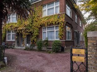 Gelegen in de Krijgslaan, aan het miljoenenkwartier, in één van de mooiste buurten van Gent vinden we deze majestueuze halfopen bebouwin