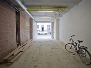 Open parkeerplaats voor moto (1*5) in afgesloten garage met geautomatiseerde poort.