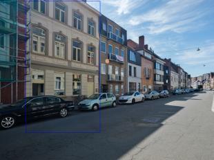 Opbrengsteigendom bestaande uit een handelsgelijkvloers en triplex appartement, beiden recentelijk gerenoveerd. Het triplex appartement heeft een bew