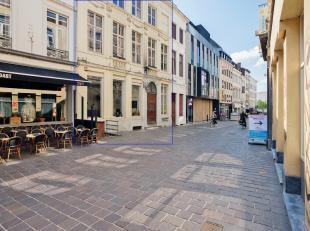 Toplocatie: Historische opbrengsteigendom met commerciële kelder en gelijkvloers en 5 appartementen.<br /> Op 20 m van de Groentenmarkt in Gent-c