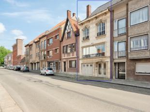 Op wandelafstand van het Sint-Pieters-Station vinden we deze bel-étage (bew opp 220 m2) met tuin en garage. De robuuste woning uit 1960 is stee