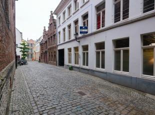 In het culinair en cultureel hart van de stad, in het Patershol, vinden we dit luxueus appartement terug. Op wandelafstand van alle belangrijke pleine