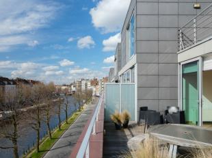 Aan de Lousbergkaai, gelegen op de bovenste verdieping van residentie Het Volk, vinden we dit prachtige duplex penthouse terug. Het appartement (bew o