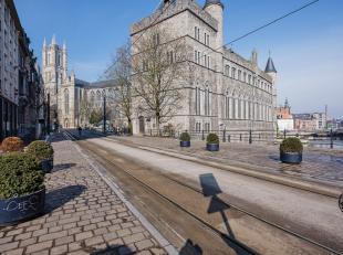 In het begin van de Limburgstraat, naast het François Laurentplein en op 3min wandelen van het Sint-Baafsplein. Dit volledig gerenoveerde appar