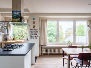 Dit gerenoveerd 2-slpk appartement (bew opp 83 m2) vinden we terug op de bovenste verdieping van een kleiner appartementsgebouw. Het appartement is ze