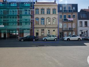 Herenhuis bestaande uit een handelsgelijkvloers en triplex appartement, beiden recentelijk gerenoveerd. Het triplex appartement heeft een bew opp. van