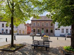 Gelegen op een van de meest iconische en historische plaatsen van Gent, aan het Prinsenhofplein, vinden we dit hoogst uitzonderlijk hoekhuis terug. Ni