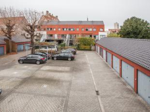 Parkeerplaats in de buitenlucht, afgesloten van de straat met een automatische poort.