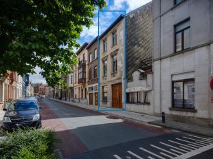 Sint-Amandsberg. Ruime woning met 4 slaapkamers.Achter deze ruwe karaktergevel schuilt een stijlvolle, gerenoveerde woning met 48 m2 terras/tuin!De wo