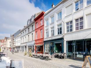 Dit 2-slpkmr appartement is het perfecte rustpunt tussen de bruisende straten van het historische centrum. Een uiterst lichtrijke woning (bew. opp. 10