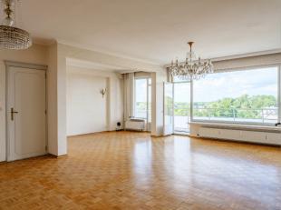 Ruim, karaktervol appartement gelegen op de vierde verdieping met weids uitzicht over de Blaarmeersen. Het appartement bevindt zich op wandelafstand v