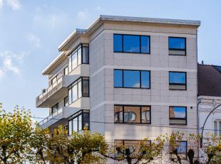 Dit gerenoveerde appartement op de vierde verdieping heeft een prachtig uitzicht op de Martelaarslaan en is instapklaar.Via de inkomhal met vestiaire