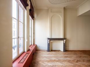 Dit triplex appartement (197m2) heeft alle kenmerken van een typische herenwoning. De hoge plafonds met sierlijsten, de parketvloeren en authentieke s