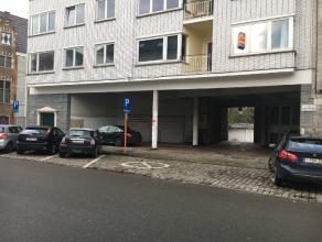 Voormalige servicestation met magazijn en parkings. Mogelijkheid tot het omvormen tot 2 kantoren van 153 m2 en 50 m2 (met kelder van 70 m2 en 61 m2)