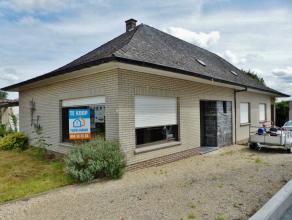 Voor een bezoek en informatie bel 054/69.39.34 - Op een uitstekende locatie in Nederhasselt bevindt zich deze solide te renoveren bungalow op een perc