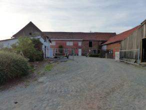 Voor bezoek bel 054/69.39.31! UNIEKE AANBIEDING! Op een unieke landelijke locatie bevindt zich deze te renoveren boerderij, bestaande uit een woning m