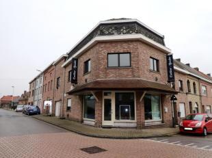 Voor een bezoek of meer info bel 054/69.39.34 - In het centrum van het rustieke Nederhasselt biedt Topo-Immo dit handelspand aan met appartement. Het