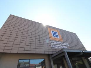 Voor meer info bel 054/33 39 33!<br /> In Ninove bieden we deze strategisch gelegen praktijkruimte te huur aan. Ze bevindt zich op het gelijkvloers, m
