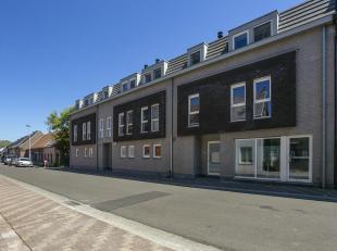 Voor een bezoek of meer info bel 054/69.39.36 -<br /> Dit ruim appartement bestaat uit een mooie leefruimte met een open leefkeuken en aanpalende berg