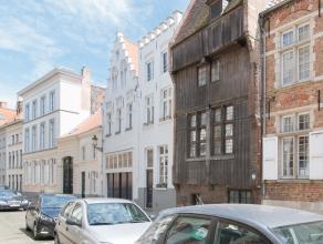 Deze verrassend ruime en lichtrijke woning is gelegen in een rustige straat in hartje Brugge, op wandelafstand van de markt, winkelstraten en andere m
