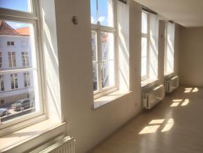 Dit gezellige appartement op de 2e verdieping heeft een mooi overzicht over de Sint-Annarei.  De grote ramen brengen veel licht binnen in de leefruimt